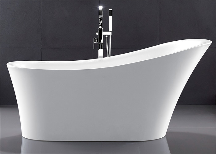 Space Saving Acrylic Pedestal Tub Freestanding Oval Tub In Small Space