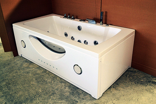 China High End Jacuzzi Whirlpool Bath Tub With Underwater Light And Ozone Generator distributor